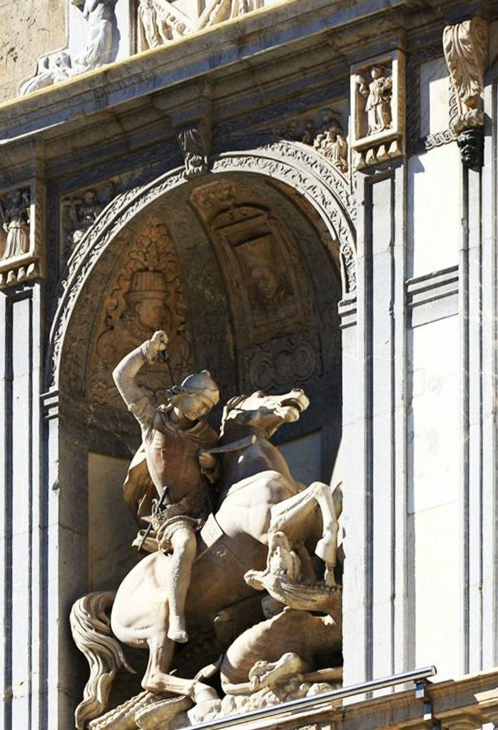 Дворец Палау-де-ла-Женералитат на площади Сант Науме. Круглая ниша по центру бельэтажа с конной статуей Святого Георгия, поражающего змия - вечную персонификацию зла.