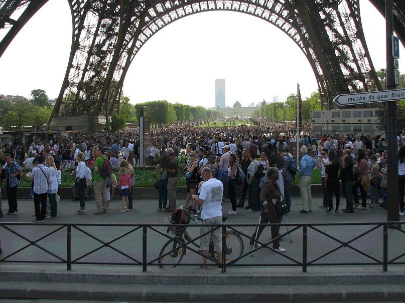 Париж. Очередь на Эйфелеву башню... Апрель. 2011 года.