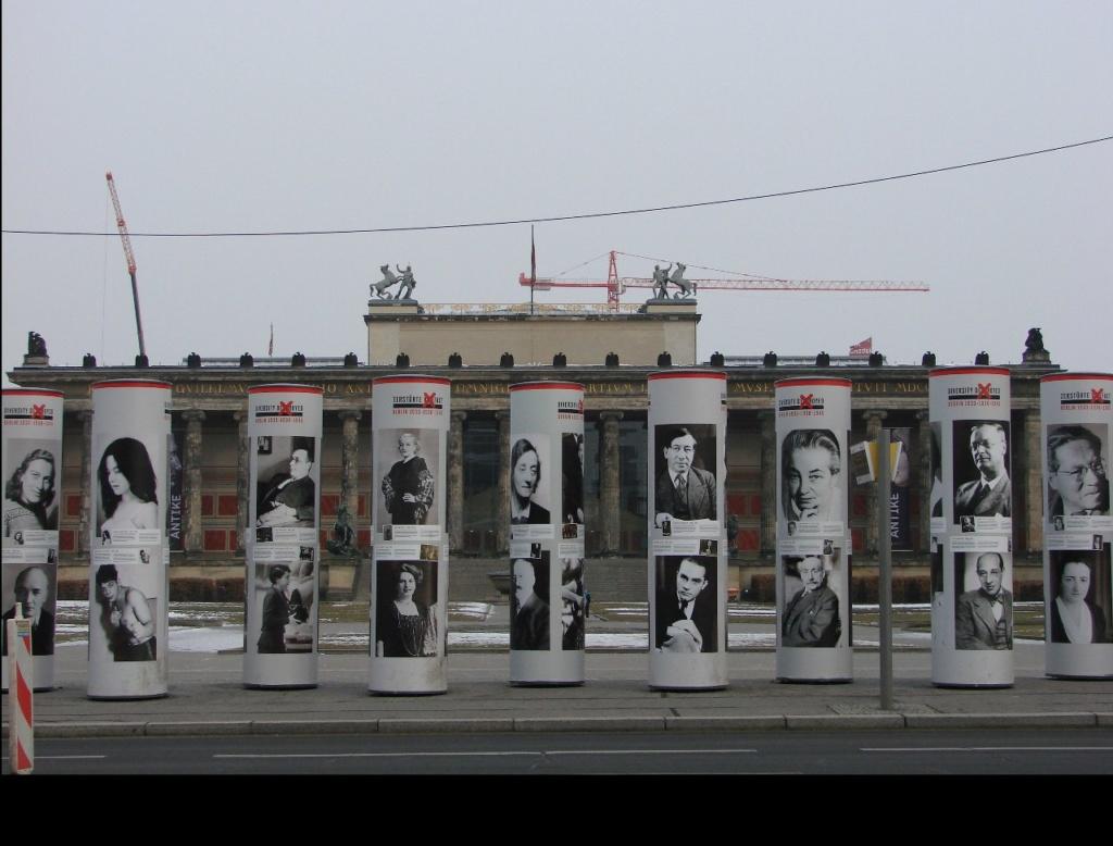 """Квадрат Люстгартена (нем. Lustgarten — парк утех) перед Старым музеем. Здесь нацисты проводили митинги, например - чествовали легион """"Конкорд"""", вернувшийся из Испании. Сейчас парк-плац заставлен свитками с именами и фотографиями антифашистов"""