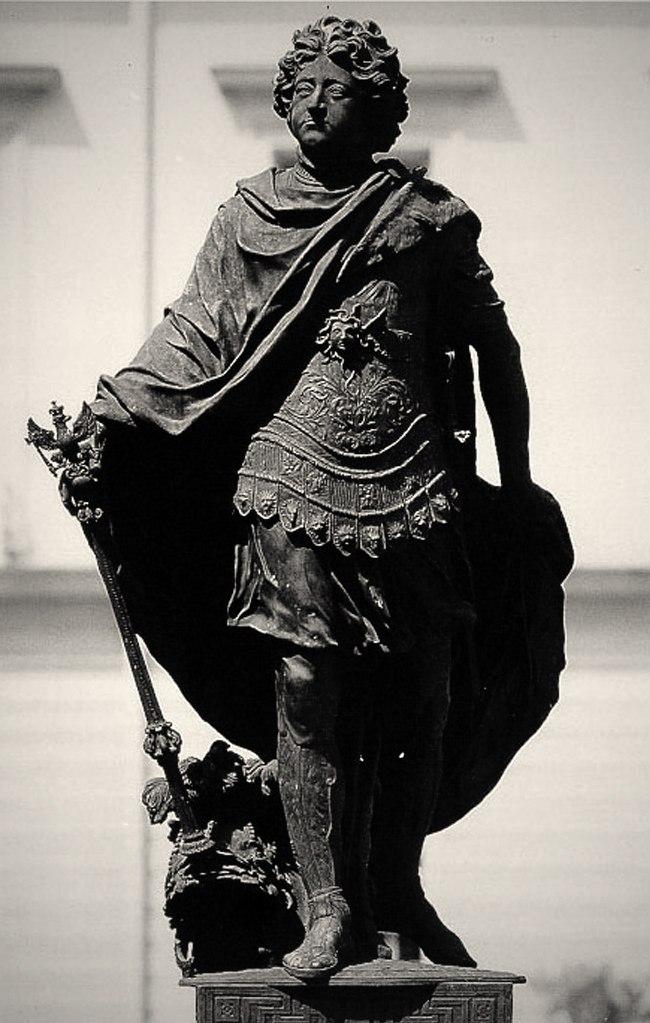 Памятник прусскому королю Фридриху I. Ск. Андреас Шлютер, 1697 год. Кёнигсберг. Утрачен в 1945 году. В руках жезл с бранденбургским одноглавым орлом. У ног шлем с очень пышным плюмажем. Медуза горгона на груди. Победоносный воитель?