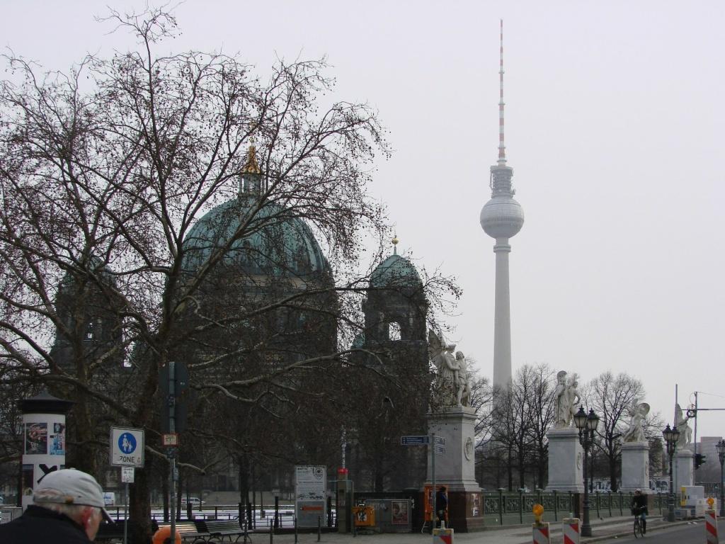 Берлинский кафедральный собор (нем. Berliner Dom) —  самая большая протестантская церковь Германии. 1883 - 1905. Расположен на Унтер-ден-Линден напротив Королевского дворца.