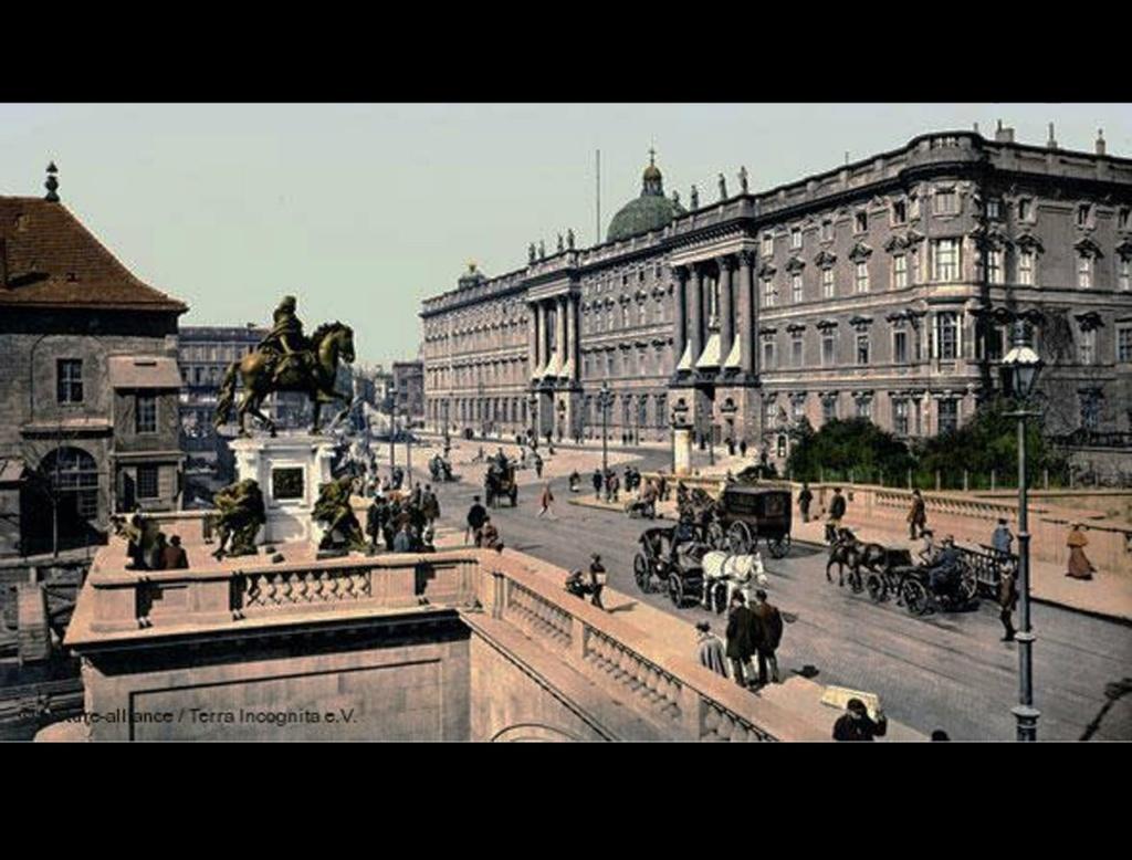 """Берлин 1900 года. Справа - Королевский или Городской дворец, в большей части своей запроектированный. выстроенный и декорированный Андреасом Шлютером. Слева - конный памятник """"Великому курфюрсту"""" Фридриху Вильгельму Бранденбургскому...."""
