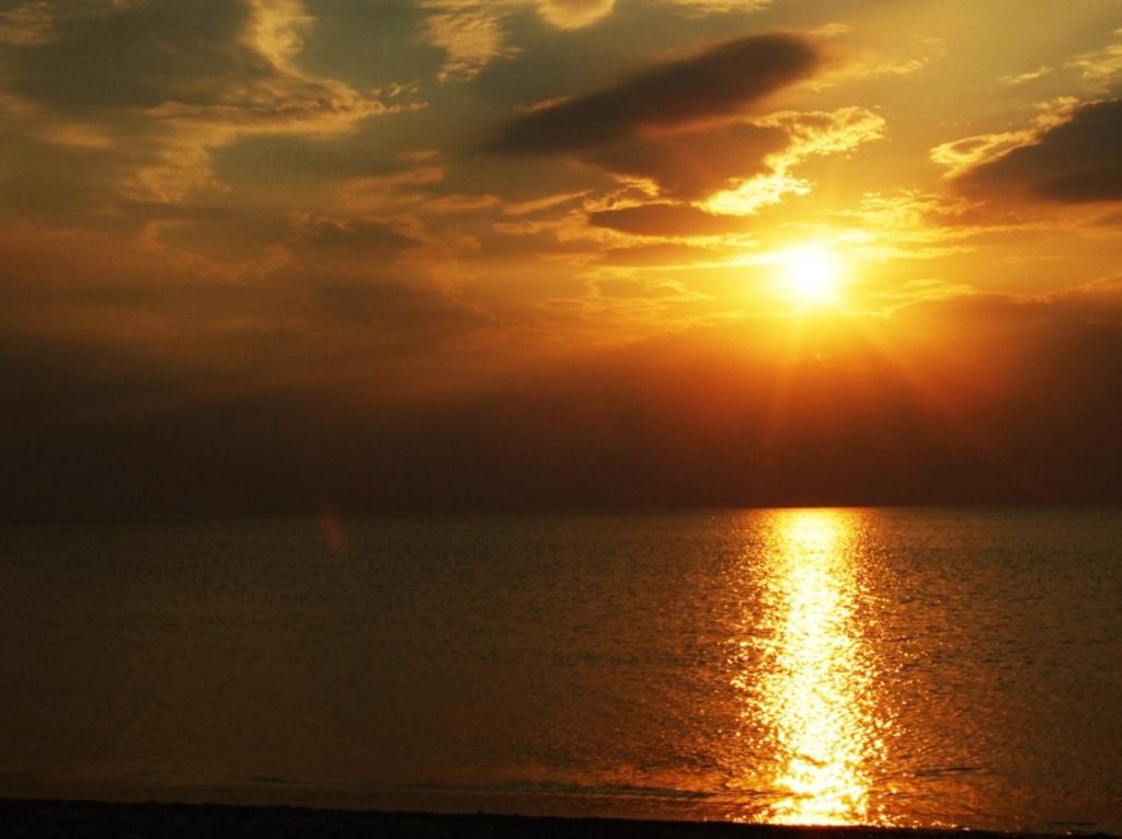 Закат на Балтийском море. Янтарный по цвету закат превращается в девичьи слезы, а потом, застывая, - в камень, вспоминающий о том времени, когда он был един с Солнцем...
