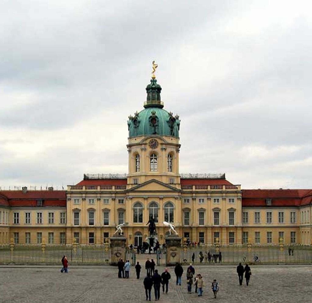 Замок Шарлоттенбург — яркий пример архитектуры в стиле Барокко, построенный в 1695-1699 годах в качестве летней резиденции для Софии Шарлотты, супруги Фридриха III