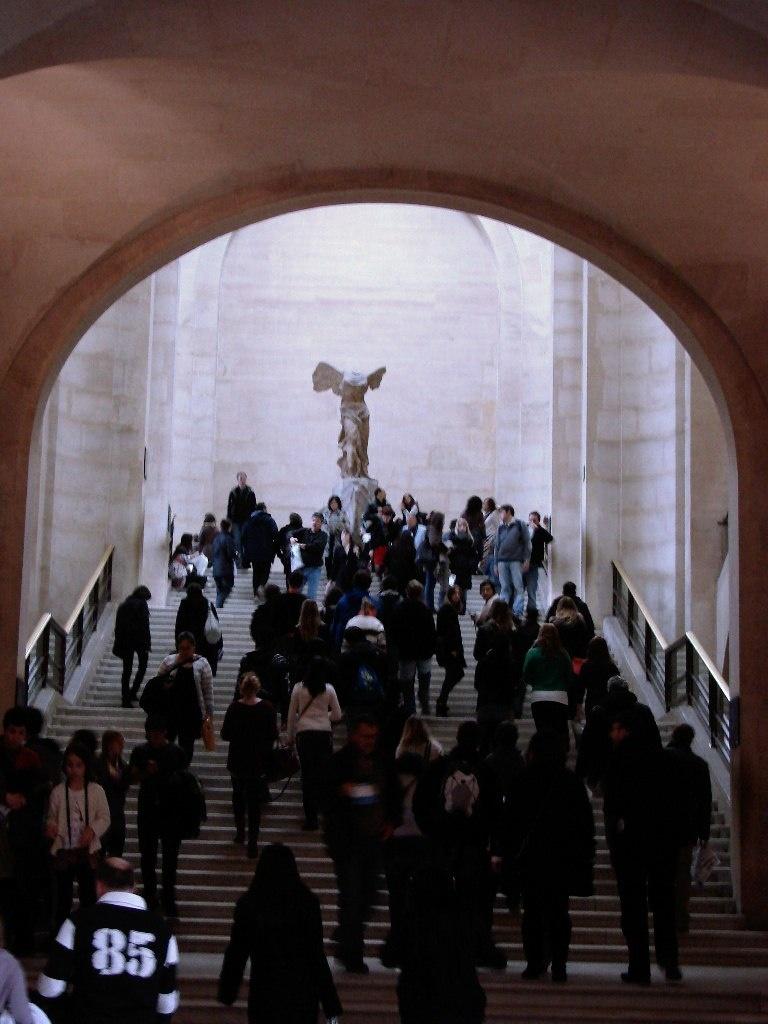 Ника Самофракийская (190 год до н. э.) — древнегреческая мраморная скульптура богини Ники. В настоящее время Ника находится на лестнице Дару галереи Денон в Лувре.