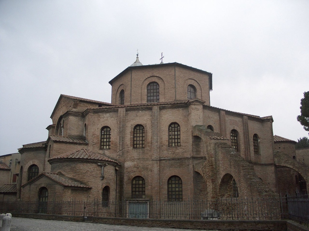 Базилика Сан Витале в архитектурном смысле не базилика. Это – один из самых интересных образцов раннехристианского византийского искусства в Западной Европе. Базилика включена в список объектов Всемирного Культурного Наследия ЮНЕСКО.