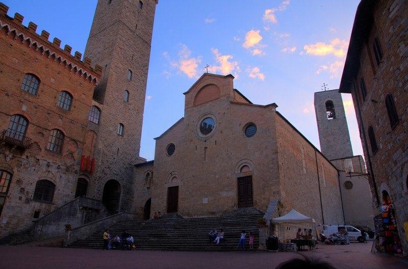 Сан Джиминьяно. Пьяцца дель Дуомо. Церковь Santa Maria Assunta) – романский собор XII века (освящен в 1148 году), построен по проекту архитектора Джулиано да Майано. Фасад очень скромный,  зато внутри целая россыпь шедевров.