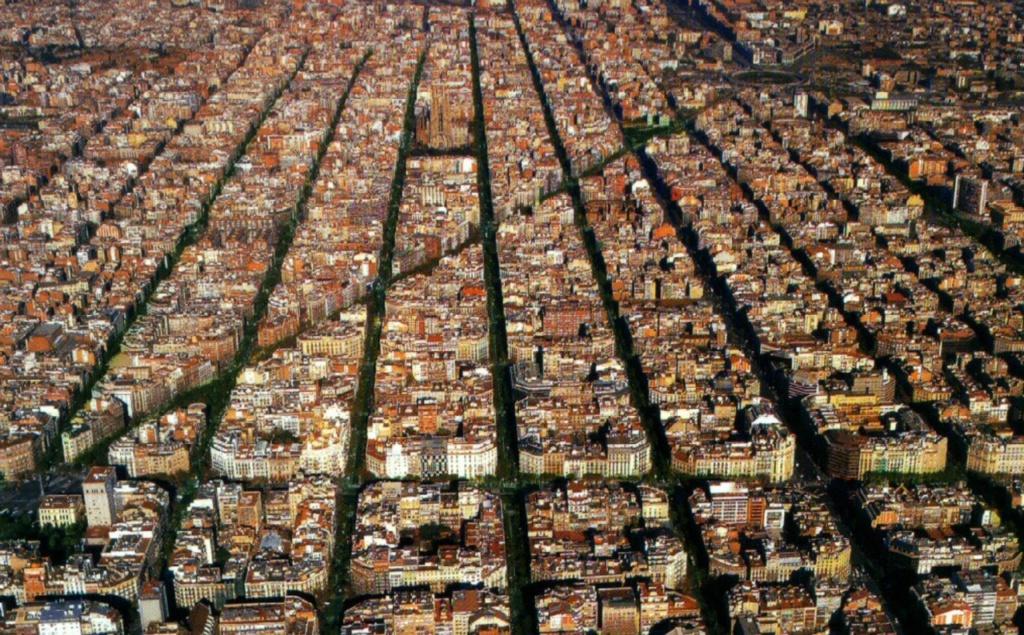 Вид сверху на кварталы Барселоны - столицы Каталонии. Наверху - Саграда Фамилия Гауди. Неподалеку от нее - дом, в котором с 21 марта 2014 года мы прожили 9 дней.