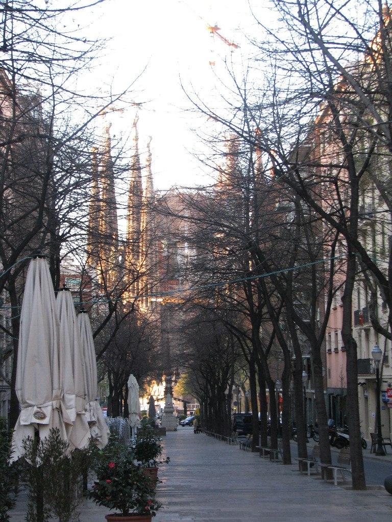 """В перспективе - не отпускающий от себя храм Святого Семейства. Город называет храм просто - """"Саграда"""", что значит """"Святыня"""", Фото Аллы Кольцовой."""