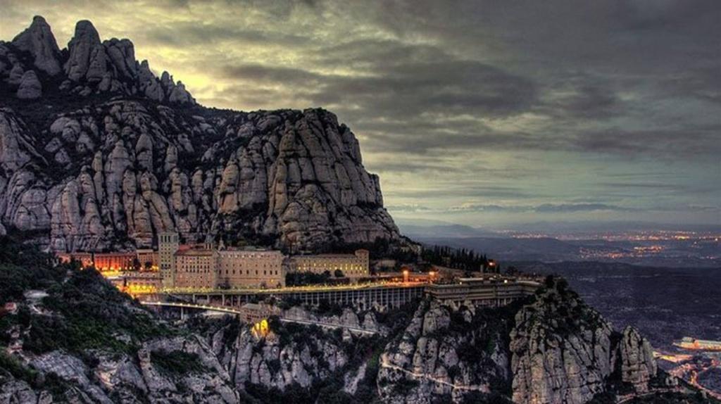 В 1025 году здесь был заложен первый камень в основание обители. Монастырь в романском стиле расположился на высоте 725 метров над уровнем моря, почти на отвесном утесе. Здесь поселились бенедиктинцы (члены монашеского ордена, основанного в VI веке).