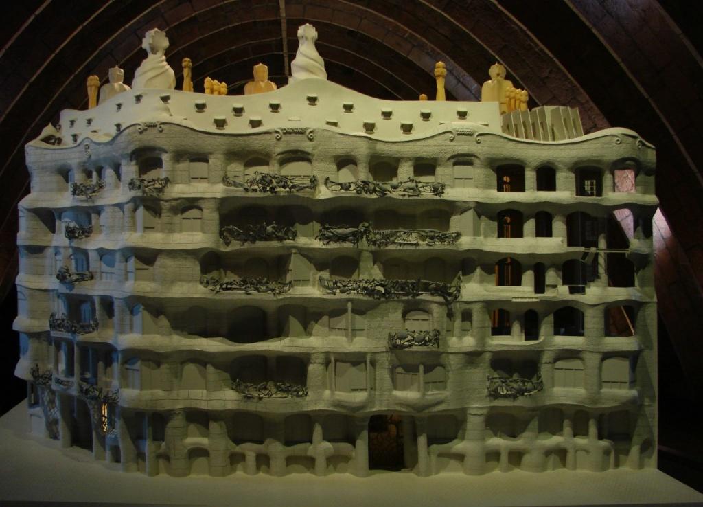 Каса Мила - макет Дома, выставленный на мансарде, превращенной в экспозиционный зал, где показываются конструктивные решения Гауди.