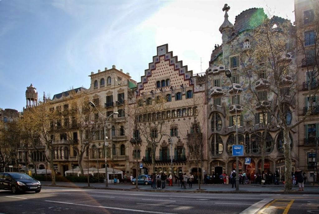Барселона. Район Эшампл (L'Eixample), Бульвар Passeig de Gràcia, «Квартал несогласия», Два последних дома справа - Каса Амалье и Каса Бальо Антонио Гауди.