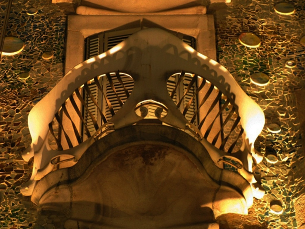 "Антонио Гауди. Каса Бальо. 1906. Металлический балкон, напоминающий ""череп""..."