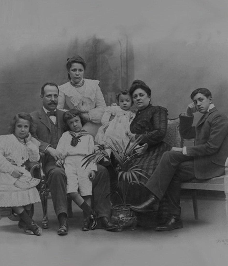 Семейный портрет текстильного магната Хосе Батло Касановаса.. Супруга - Амалия Годо. Дети (по старшинству): Кармен, Филипп, Мерседес, Льюис, Хосе. Фотография начала ХХ века.