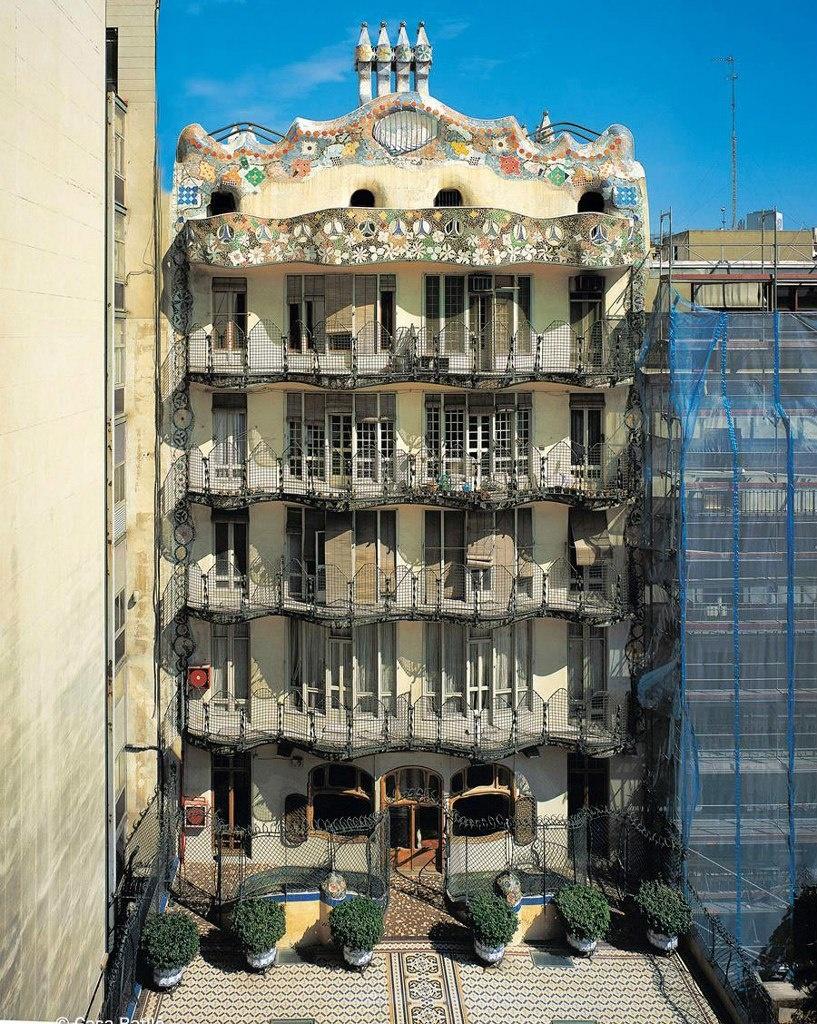 Барселона. Каса Бальо. Антонио Гауди. 1906 год. Внутренний южный фасад дома, выходящий на террасу, устроенную на уровне бельетажа, предназначенного для проживания хозяев.