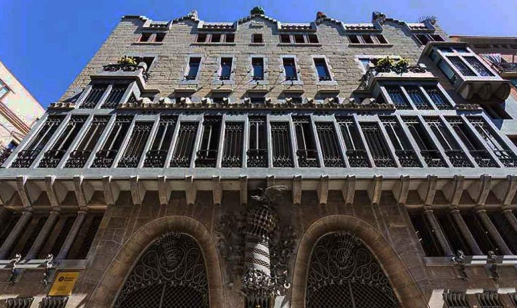 Барселона. Калье Ноу де ла Рамбла. Дворец Гуэля. Архитектор Антонио Гауди. 1885—1890 годы. .Главный фасад Дворца с эркером (трибуной) на уровне бельэтажа.