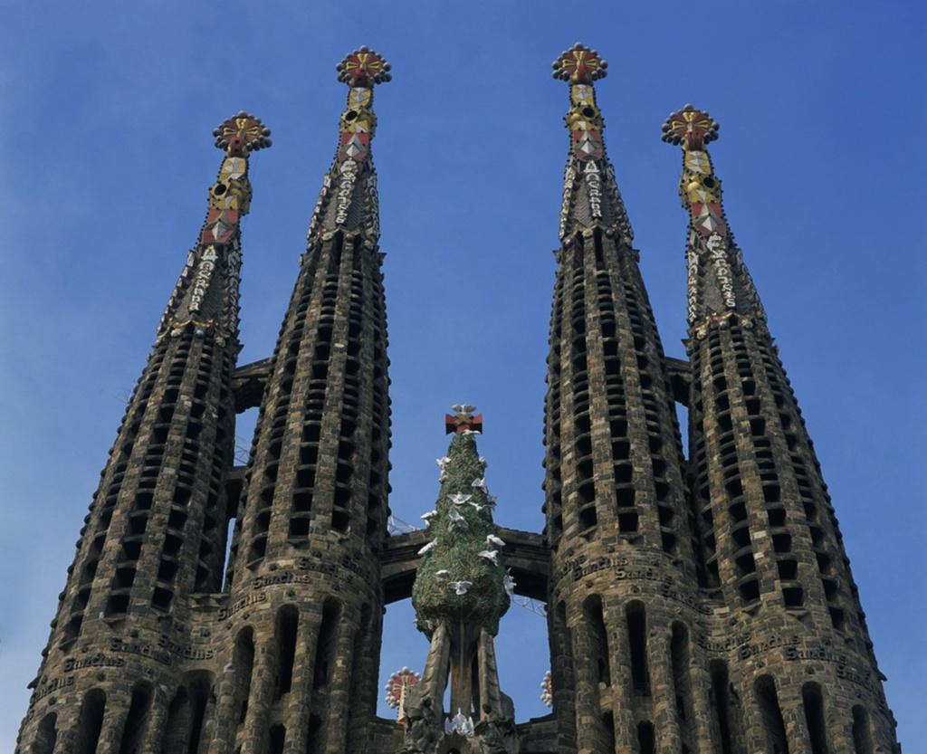 """Завершие фасада """"Рождества Христова"""" - четыре башни и """"Кипарисовое дерево"""". """"Окна"""" по спирали обвивают башни"""