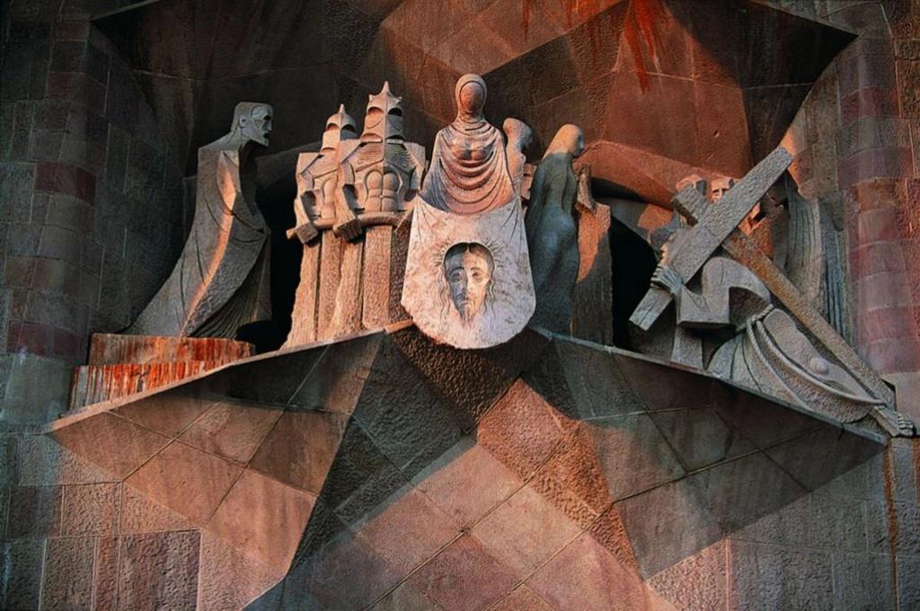"""ИСКУПИТЕЛЬНЫЙ СОБОР СВЯТОГО СЕМЕЙСТВА. Западный фасад """"СТРАСТЕЙ ХРИСТОВЫХ"""".  Центральный портал: """"ВЕРОНИКА СО """"СПАСОМ НЕРУКОТВОРНЫМ"""" Скульптор - Жузе́п Мари́я Субира́кс (1927 Барселона - 2014 там же)"""