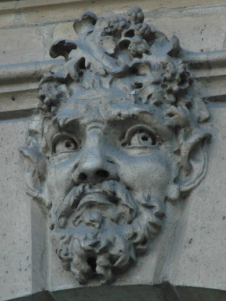 Замковые камни в арочных окнах, украшенные масками. Что за дом? Пока не сообщу о том...