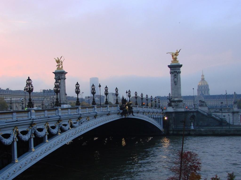 Париж. Мост Александра III — одноарочный мост, перекинутый через Сену между Домом инвалидов и выставочным комплексом 1900 года. Заложен в ознаменование Франко-русского союза в октябре 1896 года. Построен в 1900 году.