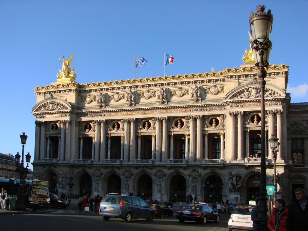 Парижская опера или Гранд-опера́ , в современной Франции известна как Опера́ Гарнье́. То — оперный театр в Париже, один из самых известных оперных театров мира.