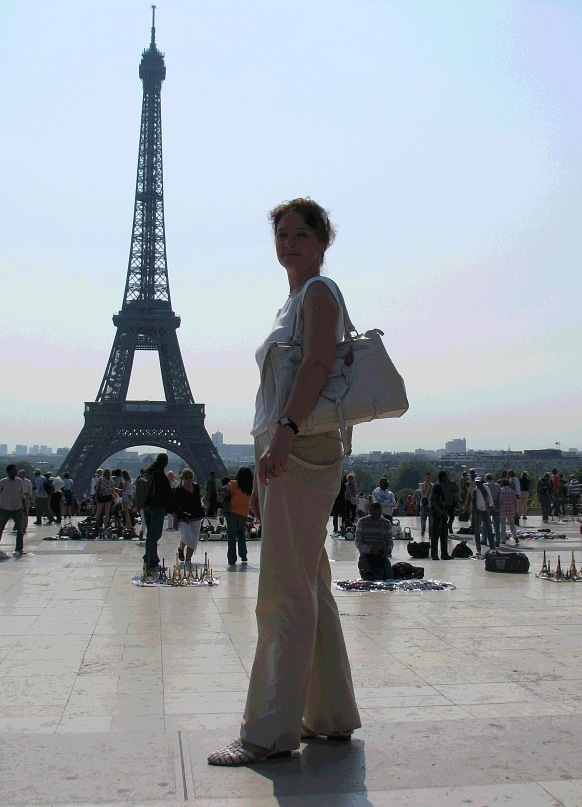 Увидев привезенные фотографии, я попросила Аллу разрешения выставить их в группе, чтобы на фоне города прозвучали две темы: цветы и дети апрельского Парижа - летнего, на наш петербургский взгляд. Апрель. 2011 года.
