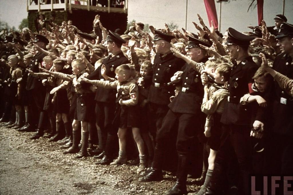 Берлин чествует своего ФЮРЕРА. В Германии 1934—1945 годов  то официальный титул главы государства и Национал-социалистической немецкой рабочей партии (1921—1945).