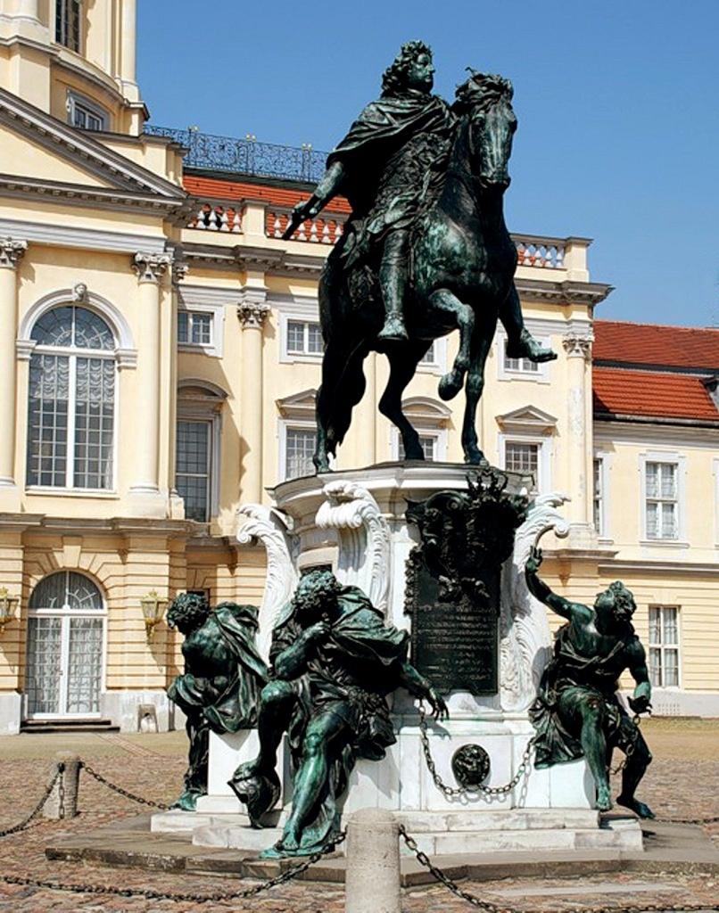 Шедевром Шлютера считается конный памятник «Великому курфюрсту», ныне перенесённый в Шарлоттенбург. То - наиболее значительный конный памятник в Европейской скульптуре XVII века. Создан в 1696 году. Отлит в бронзе в 1703 году Якоби.