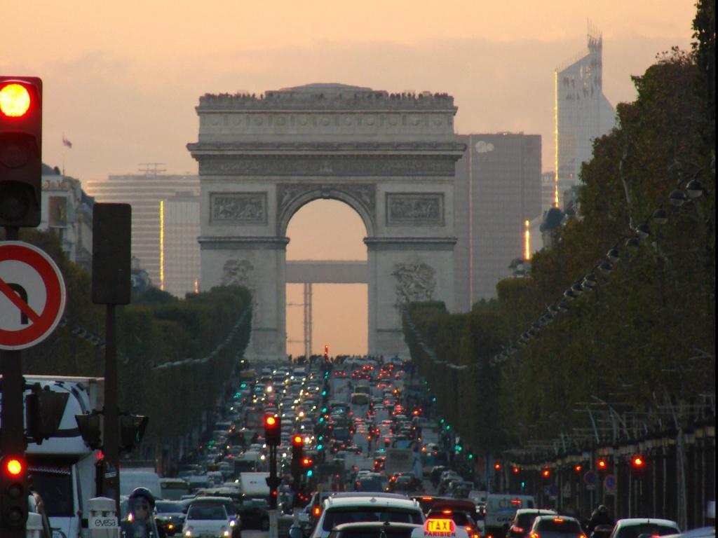 Триумфальная арка, возведенная на площади Этуаль (Звезды) в 1806—1836 годах архитектором Жаном Шальгреном по распоряжению Наполеона в ознаменование побед его Великой армии. Век минул и опять: все то, да не то...