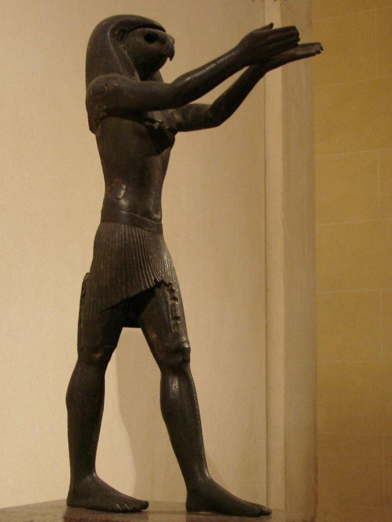 Статуя Бога Гора из бронзы. Во многих областях Египта издавна было распространено почитание богов-соколов, носивших различные имена, но, как правило, связанных с небом и солнцем.