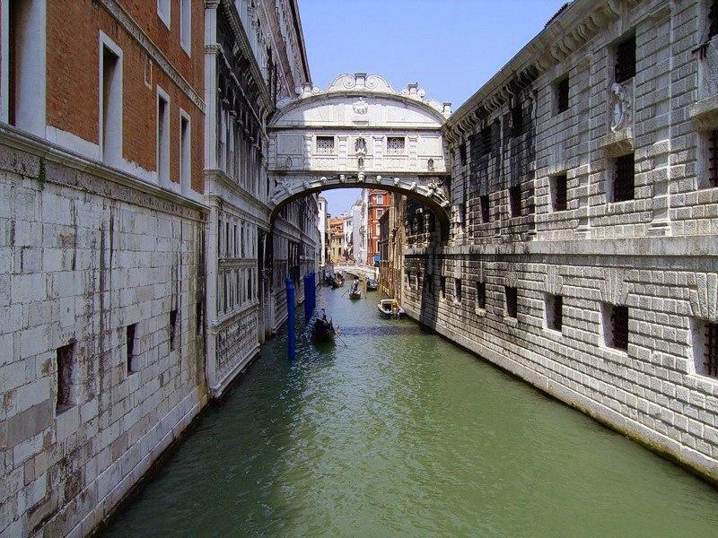 Мост Вздохов (итал. Ponte dei Sospiri) перекинут через Дворцовый канал — Рио ди Палацио. В комплексе Дворца Дожей (слева) был расположен Суд. Справа в XVI веке выстроена Новая тюрьма «Карчери». Архитектор Антонио да Понте.