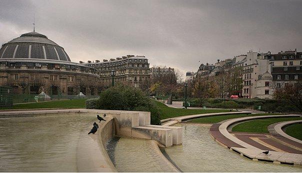 """Место, где находился Центральный рынок, который,  с легкой руки Эмиля Золя, назывался """"Чревом Парижа"""" (ventre de Paris). Слева - круглое здание Товарной биржи, построеной в 1765 году"""