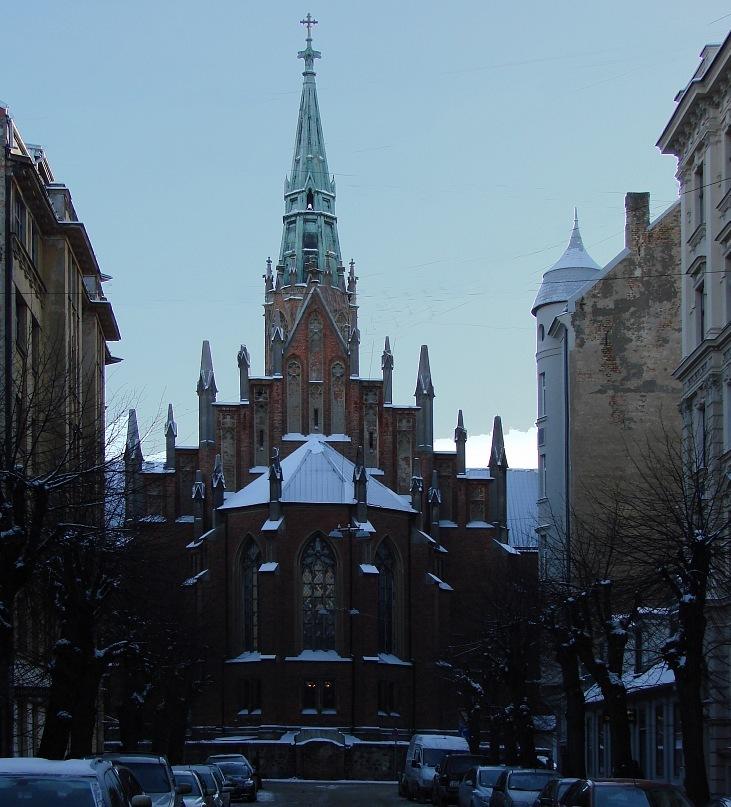 Раннее зимнее утро - рассветает. На фоне неба возникает силуэт церкви  с шатровой башней в 63 метра высотой, многоступенчатым фронтоном  и пинаклями. Все вместе напоминает резной иконостас.  Фото Марины Бреслав