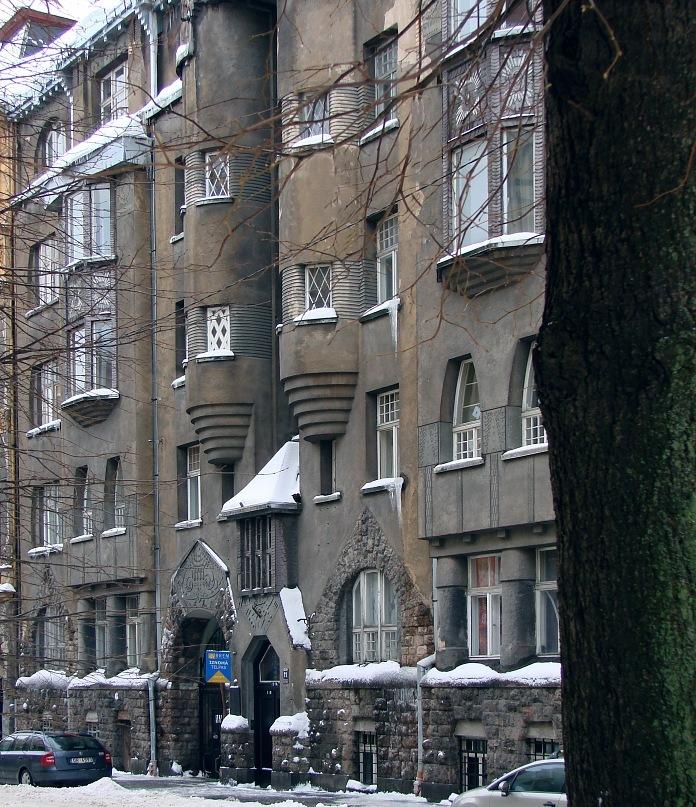 Рига, Доходные дома. Улица Альберта, дом 11. Арх. Эжен Лаубе. В общем плане - Северный модерн, по-лифляндски стиль называют Национальной романтикой. Общий вид дома. Фото Марины Бреслав