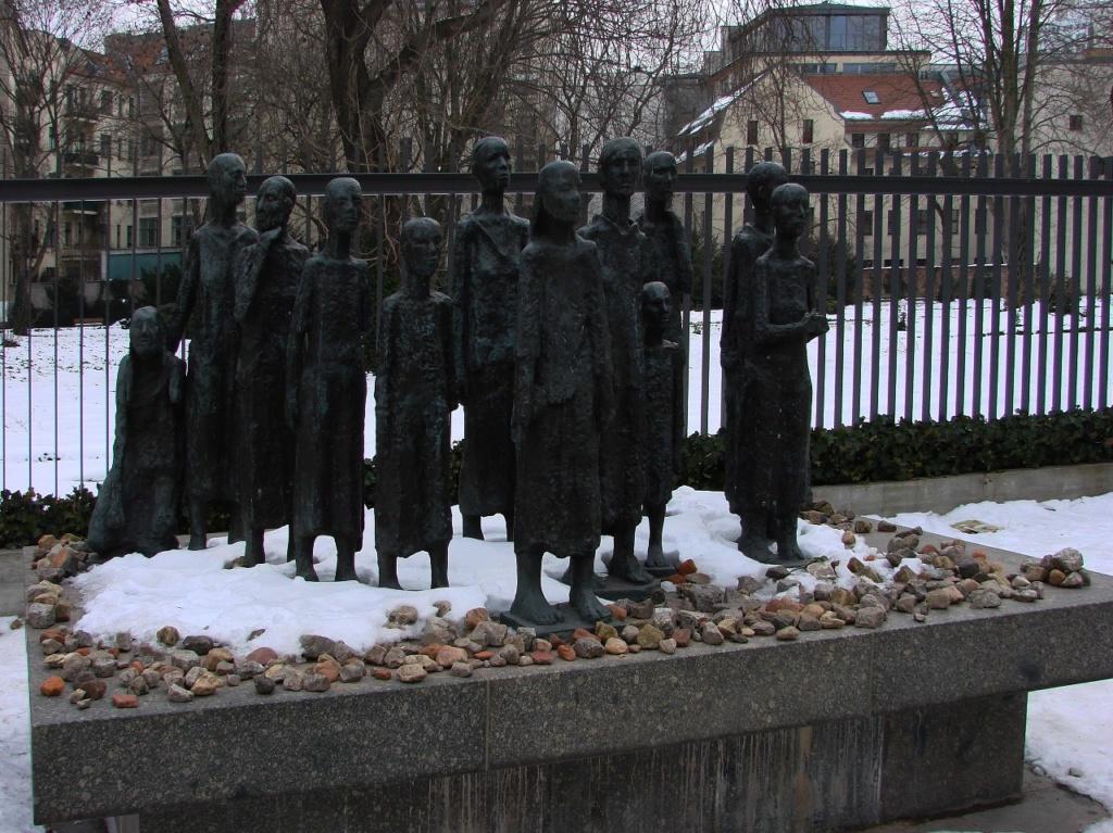 Берлин. Еврейское кладбище. Памятник детям, что ни в чем неповинны. Основная часть фотографий снята Мариной Бреслав.