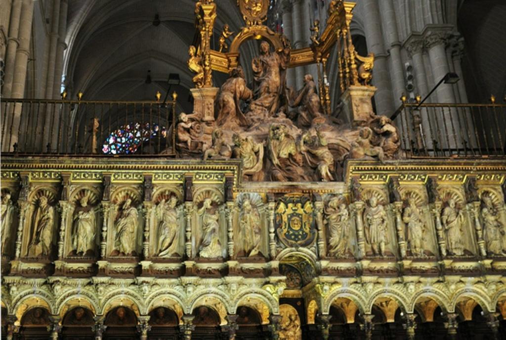 Толедский собор Святой Марии. Стена, по испанскому обычаю выгораживающая хоры в пространстве собора. По главной оси собора над стеной возведен тимпан - скульптурное завершие.
