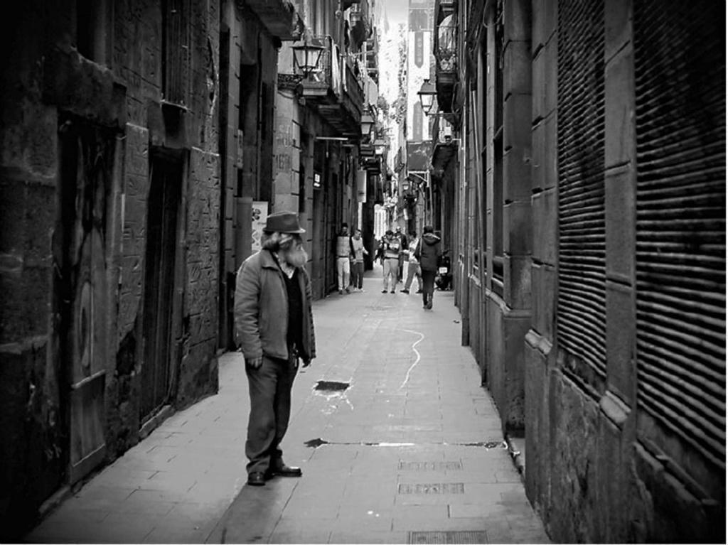 Средневековая улочка Барселоны: узкая, в камне - надежная. Общественный настрой, особенно в Раннее Средневековье, выражался в усталости общества, боязни жизни, ощущении страха перед судьбой. В обществе отсутствовали твердая воля и желания...
