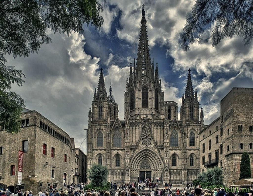 Главный фасад Кафедрального собора Барселоны со стороны Placa de la Seu, что переходит в площадь, тянущуюся вдоль римских стен до Ворот Ангела...