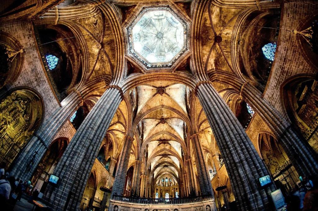 Кафедральный собор в Барселоне. Широкоугольный ракурс. Несущие конструкции собора в их художественном обличье. Вопрос: где, согласно СВЕТЛОЙ христианской теологии, должен размещаться СВЕТОВОЙ КУПОЛ СОБОРА.