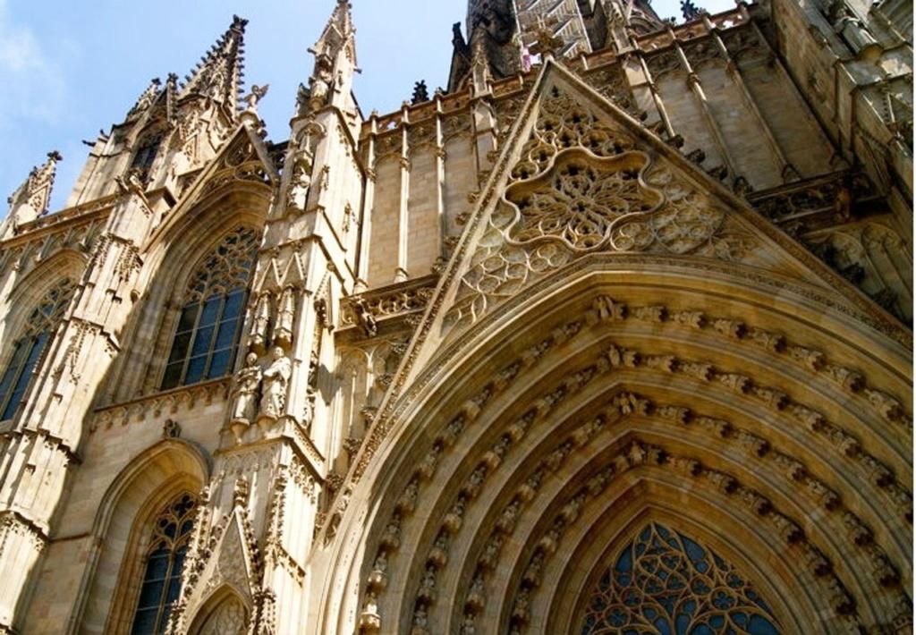 Барселона. Кафедральный собор Святого Креста и Святой Евлалии. Фрагмент главного фасада с центральным входным порталом, куда мы сейчас и войдем...