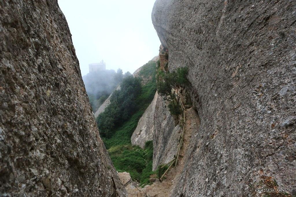 Горные тропы в ущельях горы Монтсеррат...