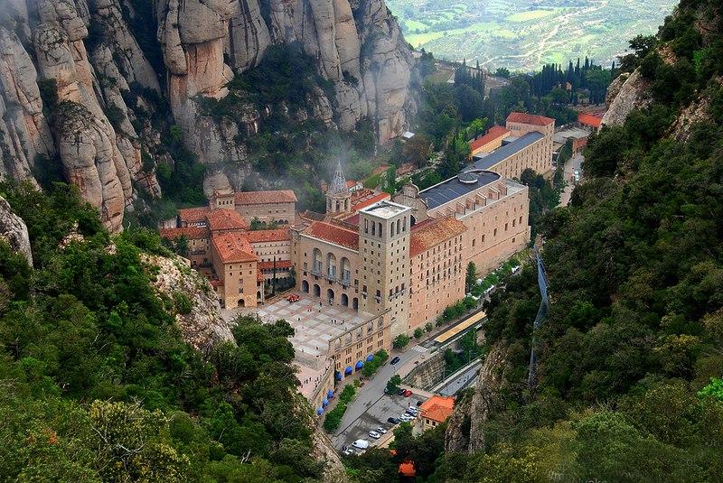 Вид с горы на монастырь Монтсеррат. Осмотрели все, куда пускают туристов...