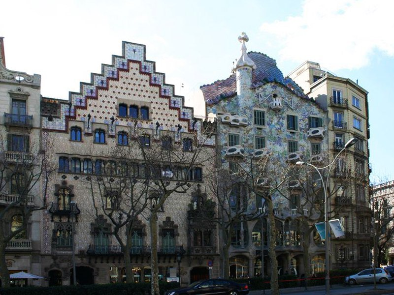 Барселона. Район Эшампл (L'Eixample), Бульвар Passeig de Gràcia, «Квартал несогласия», Каса Амалье и Каса Бальо - Гауди.