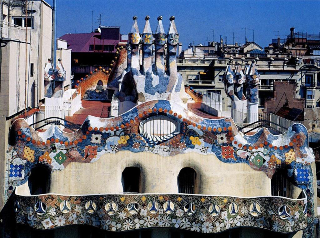 Барселона. Каса Бальо. Антонио Гауди. 1906. Вид на крышу дома со стороны террасы. Вокруг - не-архитектура, хотела ее затемнить, но пожалела времени. Сделайте это, пожалуйста, сами - умозрительно...