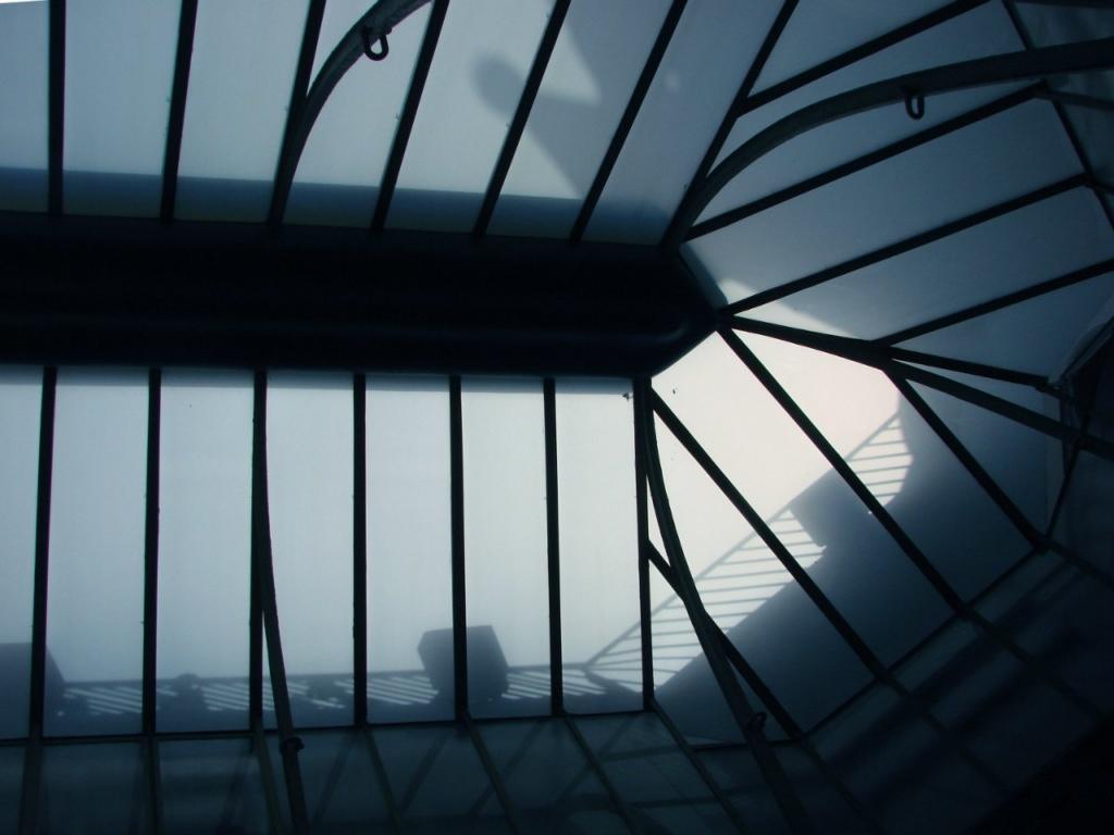 Барселона. Каса Бальо. Антонио Гауди. 1906. Вид на полупрозрачный фонарь из внутреннего двора.