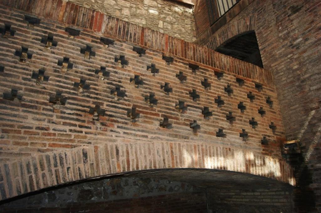 Дворец Гуэля. Мост, соединяющий парадную резиденцию с бывшими конюшнями. Ограждение моста со стороны внутреннего светового двора между Парадной резиденцией и корпусом Конюшен..