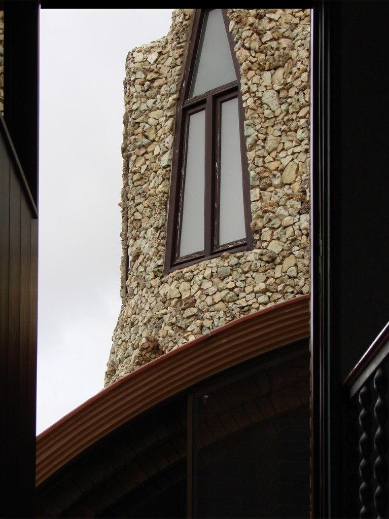 Сейчас в мансардном этаже устроен выставочный зал, минуя который посетители Дворца поднимаются на крышу по лестнице с перевитыми жгутом перилами.