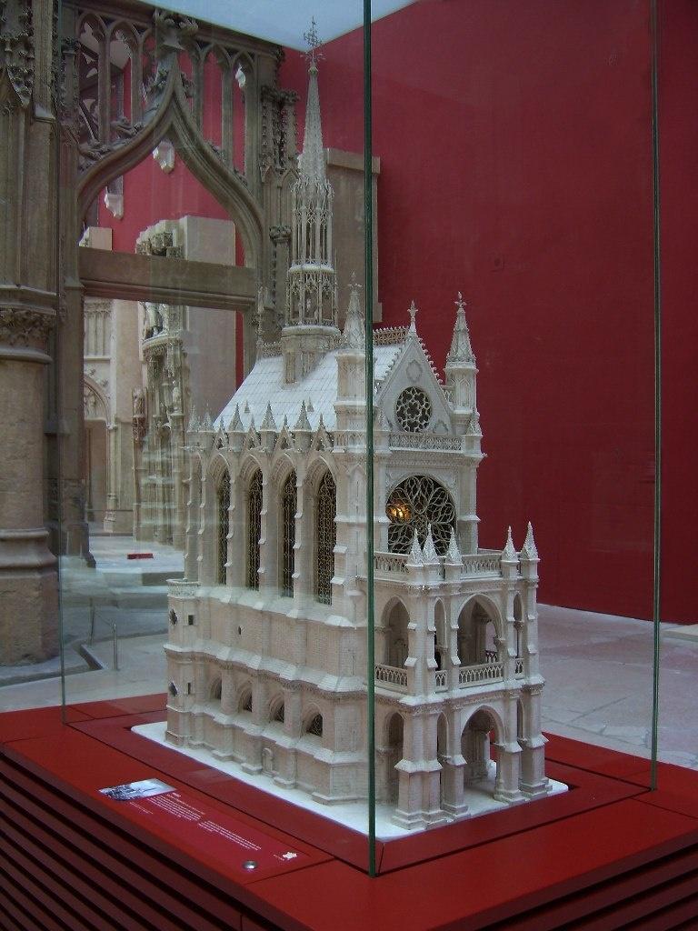 Реставрационная модель СЕН-ШАПЕЛИ. Руководитель реставрационных работ, проводимых в XIX веке, -  Виолле-ле-Дюк, знавший об архитектуре Средневековья больше, чем специалисты того времени.