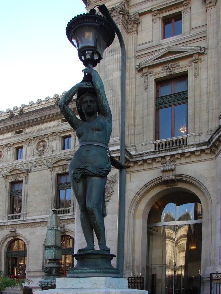 Гранд-опера́ Светильник, нарисованный архитектором Гарнье, будто специально для воспитания парижанок.