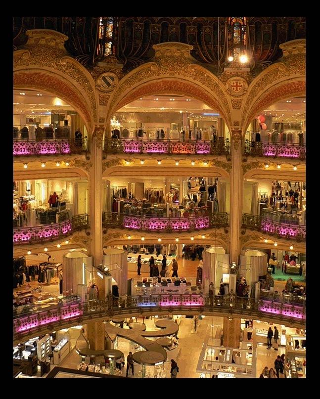 Магазин Самаритэн - La Samaritaine. Первый в Европе магазин самообслуживания и один из самых крупных и известных парижских универсальных магазинов. Здание строилось в 1926 - 1928 годы. Архитектор - Анри Соваж.